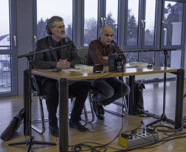 """Georg Etscheit mit Jürgen Alber bei """"Fragen an den Autor"""" im Rathaussaal von Riegeslberg."""